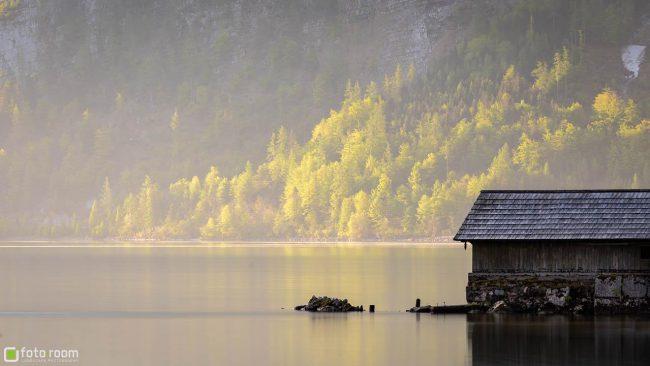 Hallstatt mit Bootsschuppen im Nebel