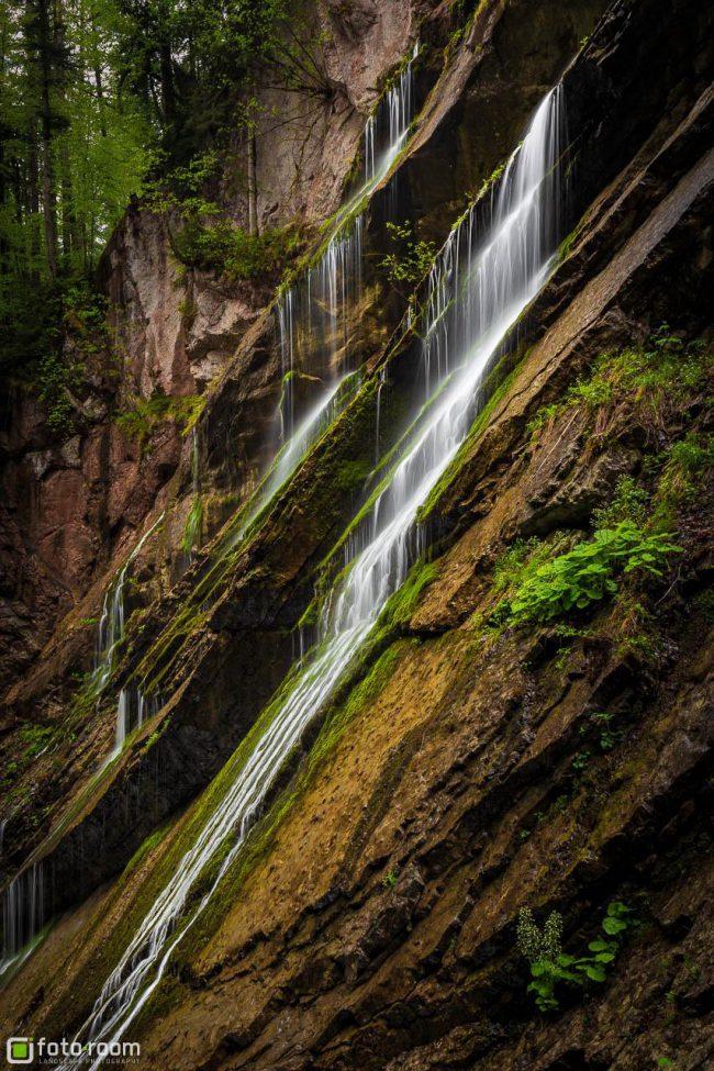 Wimbachklamm bei Regen mit mehreren kleinen Wasserfällen